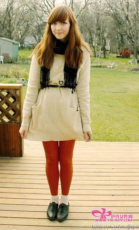 米色一直给人种淡淡的温暖,加上红色的紧身裤,也是很配衬,虽然