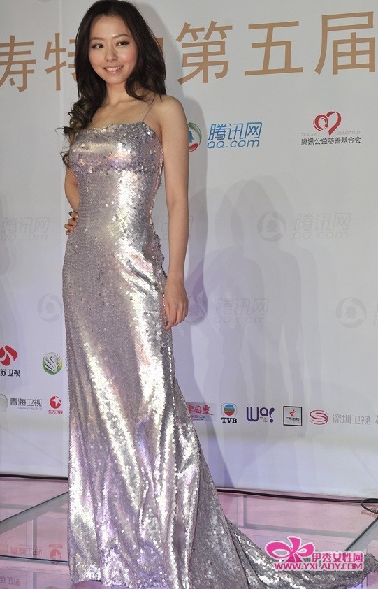 2010星光大典:巩新亮薄纱透明装礼服半露酥胸图片