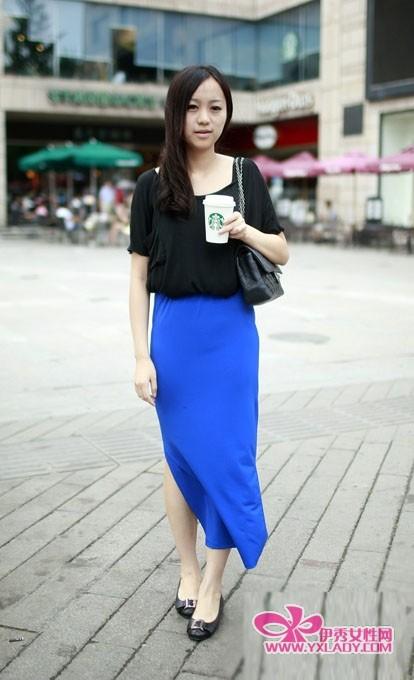 蓝色半身长裙,搭配黑色t恤