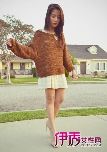 欧美 搭配/宽大的镂空毛线衫搭配背心小纱裙很年轻,白色高跟鞋腿形更加...