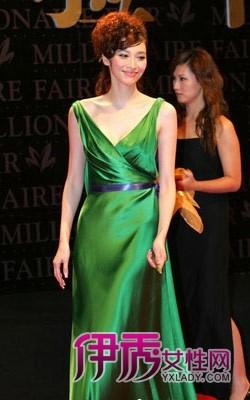 华光熠熠的墨绿色晚礼服盛大而庄重