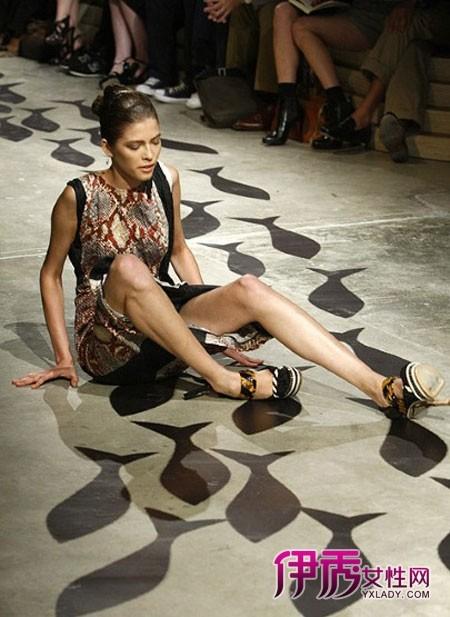 走光 跌倒/在2009年的HervéHervéby Max Azria春夏时装秀上,一名模特也...