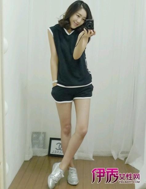运动风坎肩短袖+同风格短裤+银色运动鞋