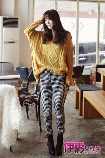 黄色 搭配 高跟/姜黄色粗针织套头衫+千鸟格长裤+绑带机车短靴