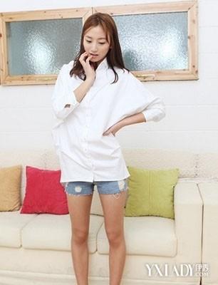 搭配 衬衣/白色蝙蝠袖衬衣+ 牛仔短裤+ 白布鞋