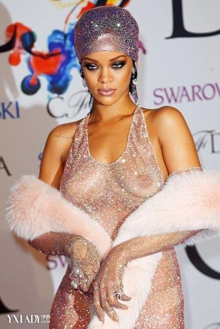 【<font color=red>服装</font>搭配图片】Rihanna<font color=red>真空</font>上阵 明星演绎日
