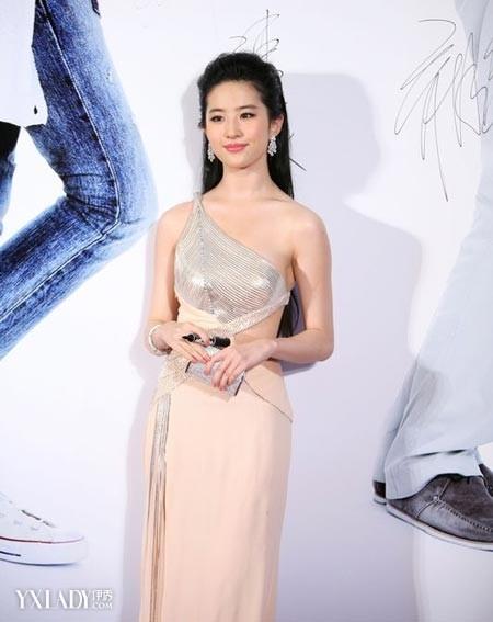 刘亦菲/刘亦菲身穿裸色系的拼接单肩晚礼服,女神范儿立即现行。