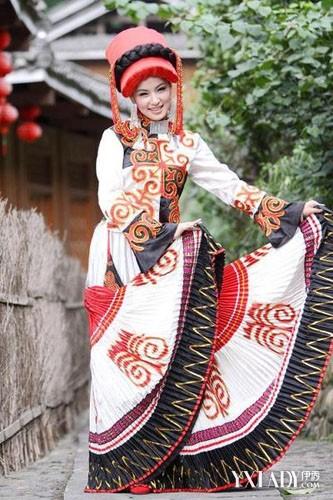 彝族民族风服饰主要是流行红黑色搭配