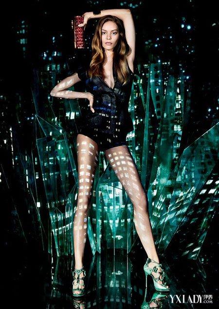美国超模在大片中卖弄迷人大长腿