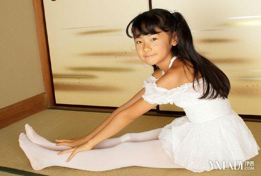 白色裤袜是指白色的丝袜制成,多由天鹅绒,是丝袜的一种,常见于小女孩