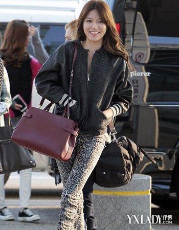 韩国女明星紧身裤搭配短外套 冬天也能穿出玲珑曲线
