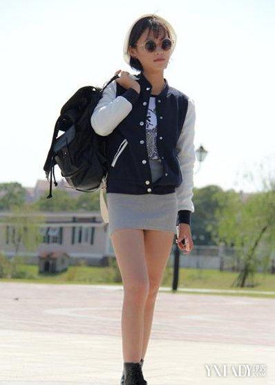 女生棒球衣搭配示范三 黑色棒球衣和裙子或者裤子都能够很好的搭配