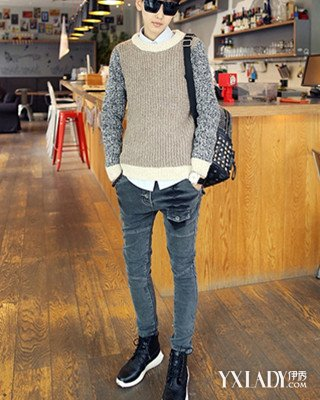 该男士牛仔裤可搭配黑色高帮板鞋,上身穿搭冷色调的毛衣并内衬图片