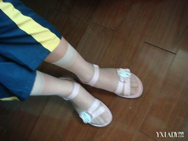 如果你是个传统着装的的人,那建议你不要穿袜子了,特别是那种到脚踝的!你假想一下,几根细带的凉鞋上露的不是脚趾而是肉色的袜子,脚趾前端还有一条缝合线,是不是连自己都觉得不协调? 穿那种前面只有一个小洞的凉鞋你可以穿长丝袜,不过这样只能配比较职业一点的装束,如果你配一个