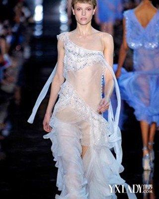 流行服饰 t台秀场 正文  这款深蓝色透明薄纱裙装设计精致唯美,轻盈图片