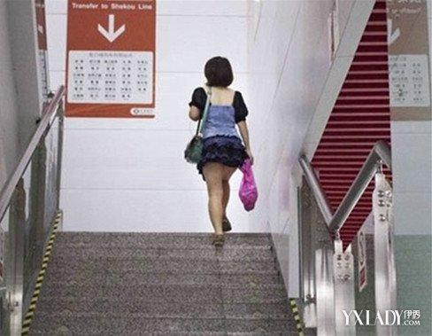 【图】街拍上短裙性感美女搭配小说楼梯穿出短裙的很多美女图片