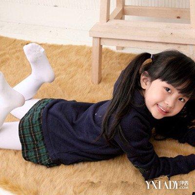 挠妈妈的丝袜脚_小女孩白袜脚的图片图片展示_小女孩白袜脚的图片相关图片下载