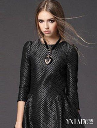 时尚永远出现在人群里,街头是捕捉灵感最合适的地方。那么,街头的女性都是如何玩转时尚呢?下面介绍的是哥特风格的装扮,简约的裙装,也将哥特风格演绎的很是到位。欧式哥特风,穿梭于街头,也别有一番韵味。 这件黑色的v领连衣裙,宫廷蕾丝花的点缀,褶皱气质的裙摆,尽显时尚迷人的气息。收腰显瘦的版型,勾勒了迷人的身姿。搭配着黑色哥特式的缀饰,整体雅韵气质。如此时尚婉约的装扮,气质优雅。