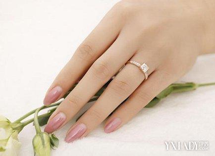 在婚姻中人们之所以将戒指佩戴在这个手指上,是希望未来能够跟自己爱图片