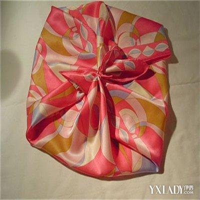 分享大方丝巾的系法图解 教您轻松系出好看的方巾样式