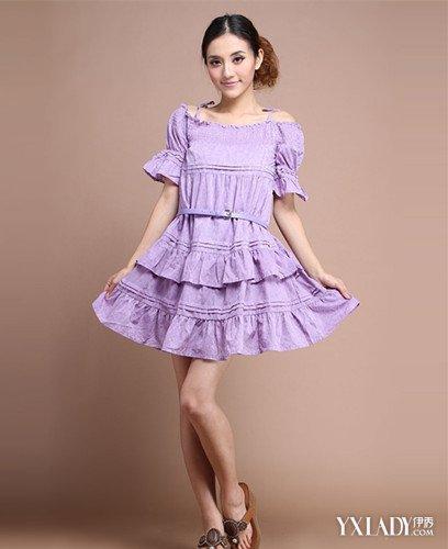 浅紫色花边的棉麻连衣裙