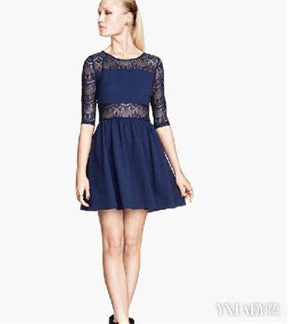 肩部,臂部以及腰部的镂空设计透出小女人妩媚,与胸部和裙摆的非镂空