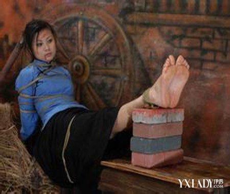 女烈��b$y.$�/�y�-yol_【图】五花大绑旗袍女烈 揭示残忍背后的折磨