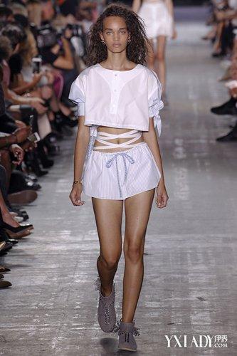 叠穿法则|秋冬新款女装|巴黎透明装t台走秀视频图片