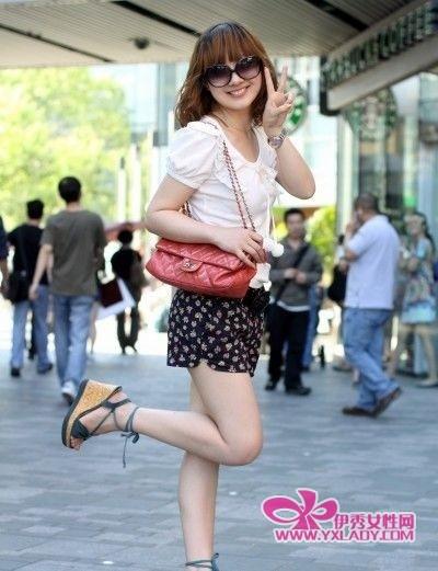 街拍短裙长腿美女高跟图片 街拍长腿丝短裙美女 街拍齐腰小短裙美女图片