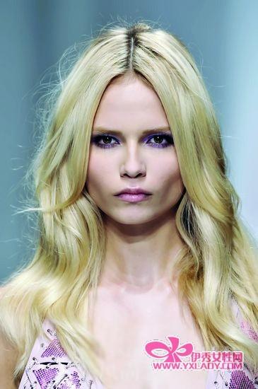 ersace的中分浪漫卷发-超赞中分发型 打造柔美小脸气质图片