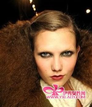 烟熏眼妆,酒红色的嘴唇,红扑扑的脸颊,如动物毛皮一般的头发复古至极
