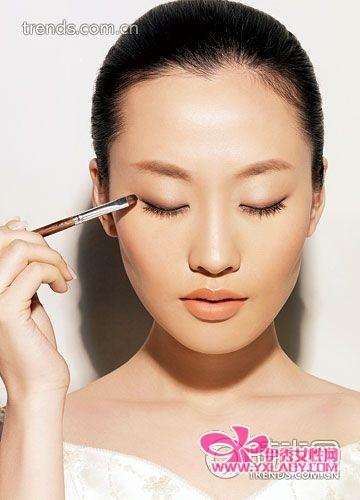 新娘 眼妆/第1步:单线绘眼形