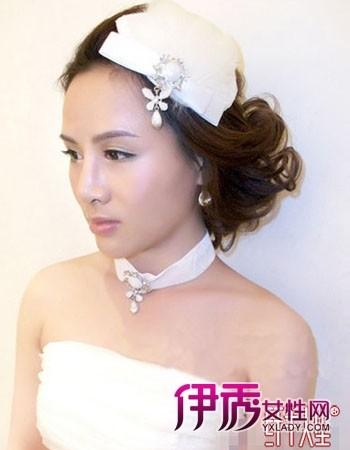 发型 流行发型 正文      将盘起的秀发制造蓬松感,温婉优雅,刘海梳到图片