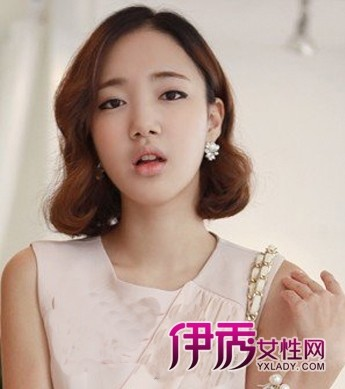 中分短烫发:这款短烫发是韩国女生最喜欢的发型