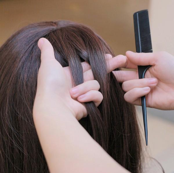 将这缕头发均匀的分为三股图片