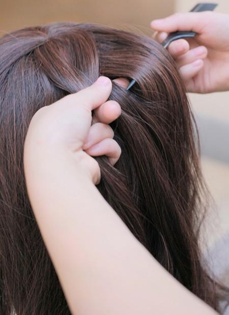 再从右边抓取一缕头发做蜈蚣辫编发图片