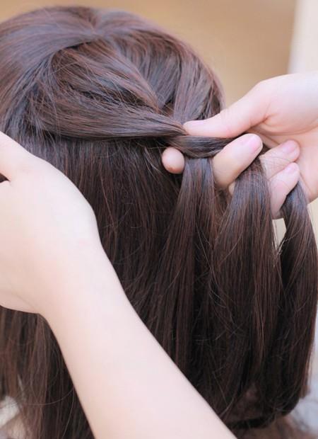 再从右两边抓取一缕头发做蜈蚣编图片