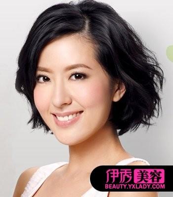 发型 女生 张嘉倪/将中长卷发后面发丝扎出半扎发造型,丰盈的烫发弧度让头型更显...
