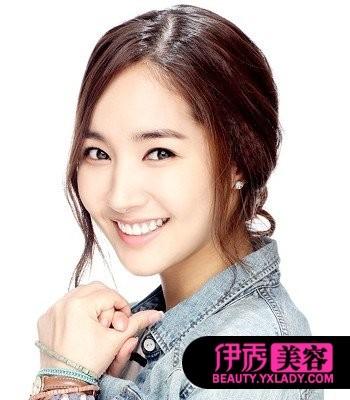朴敏英/将长烫发随意扎出发髻,标准的韩式优雅女人范。额际余留下的...