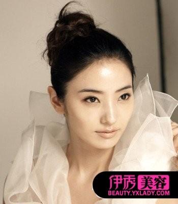 发型 韩彩英/清爽的丸子扎发很简单,即使是搭配婚纱也是属于不错的选择哦!...