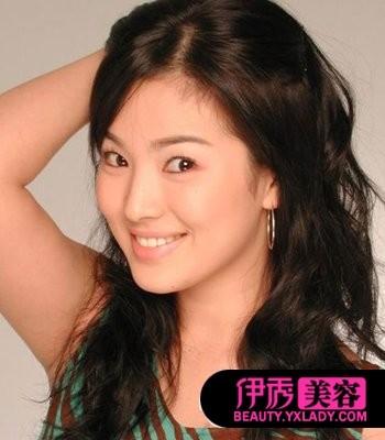 宋慧乔/妩媚风情的长发烫发尽显女性韵味,中分的发型显现出圆圆的脸型...