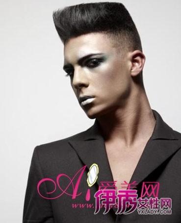 发型/妖媚的妆容与这款立体的男生发型形成强烈的反差,铲去周围头发...