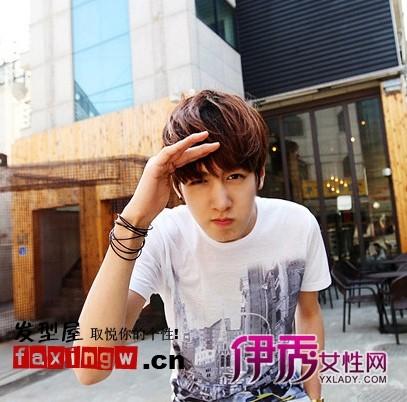 街头韩国帅哥,长长的直刘海是打造这款发型的关键图片图片