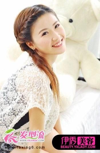 将长长的刘海发型打造出刘海编发的效果,展现出了女性娴熟优雅的一