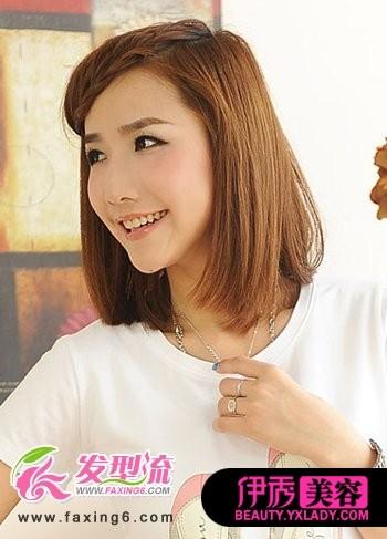 将女生斜刘海发型编织出麻花辫的造型,令这款短发发型尽显时尚魅力图片
