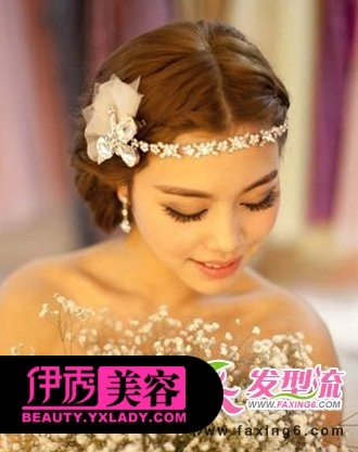 麻花辫编发元素在中式新娘发型中变得越来越流行,沿着中分刘海界限的图片
