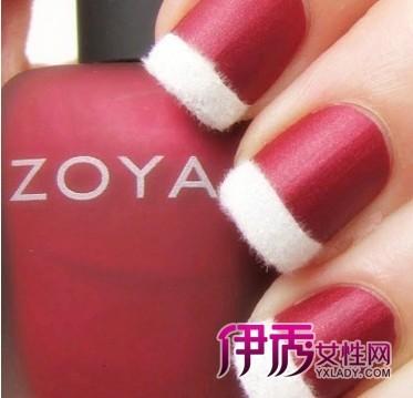 高贵的哑光红色指甲油和白色的丝绒妆饰成法式美甲