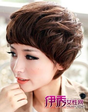 女生中分短发烫发发型图片