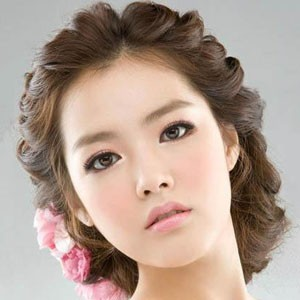 韩式发型扎法中长发 巧用梳子打造立体感图片