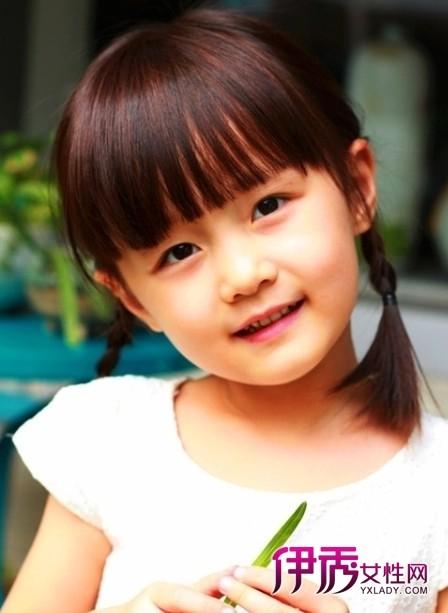 小女孩的刘海修剪的十分整齐,衬出了小女孩的稚嫩的脸庞,显得可爱图片